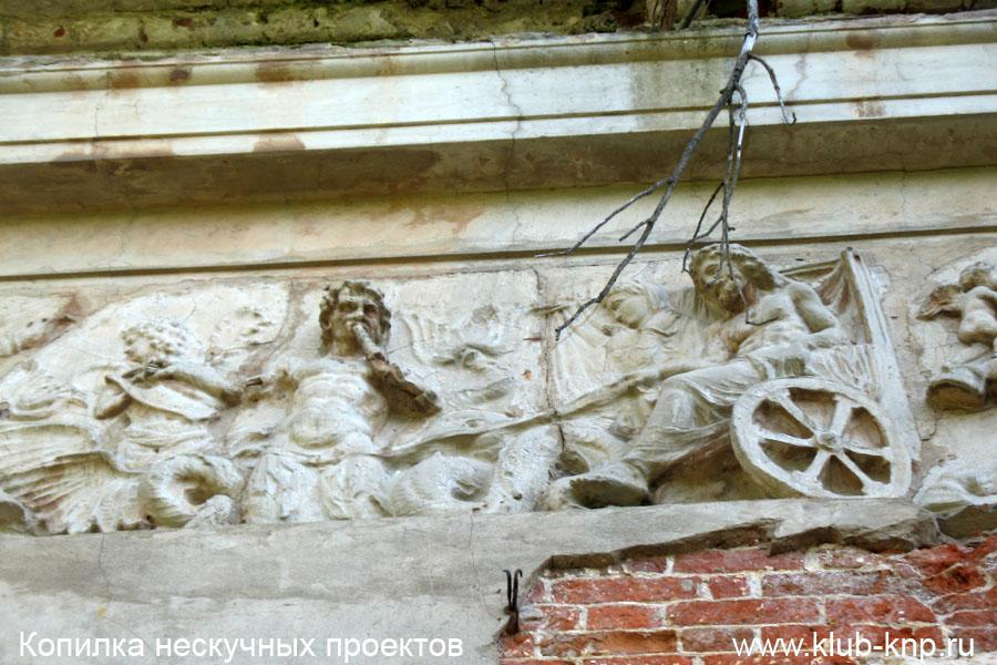 Барельефы на стенах