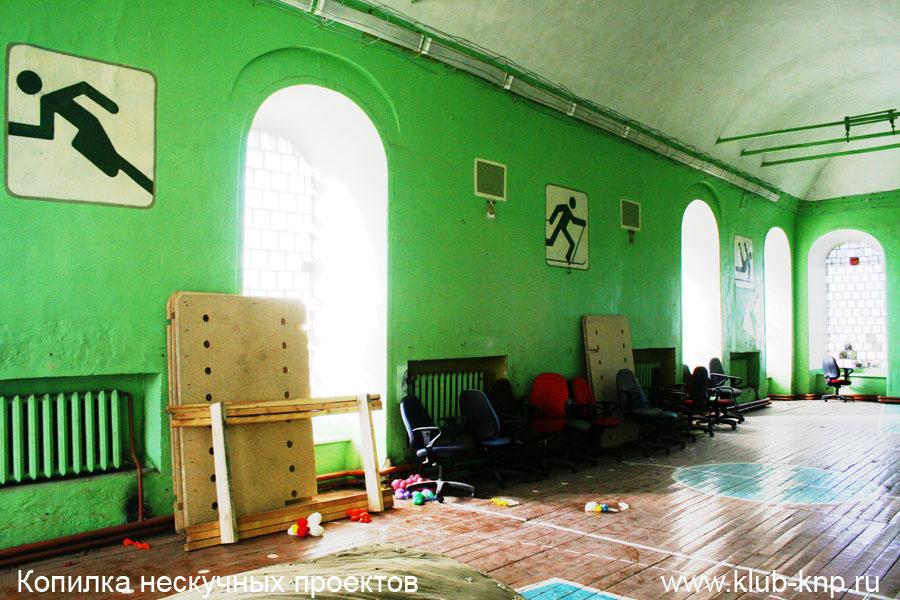 В храме на первом этаже -спортивный зал