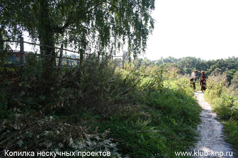 Слева кладбище где похоронен Поленов